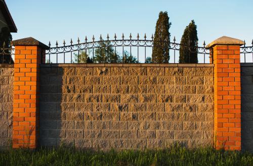 Jak zbudować ogrodzenie betonowe?